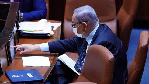 Benjamin Netanyahu wears a face mask as he attends a Knesset session (Photo The Knesset)