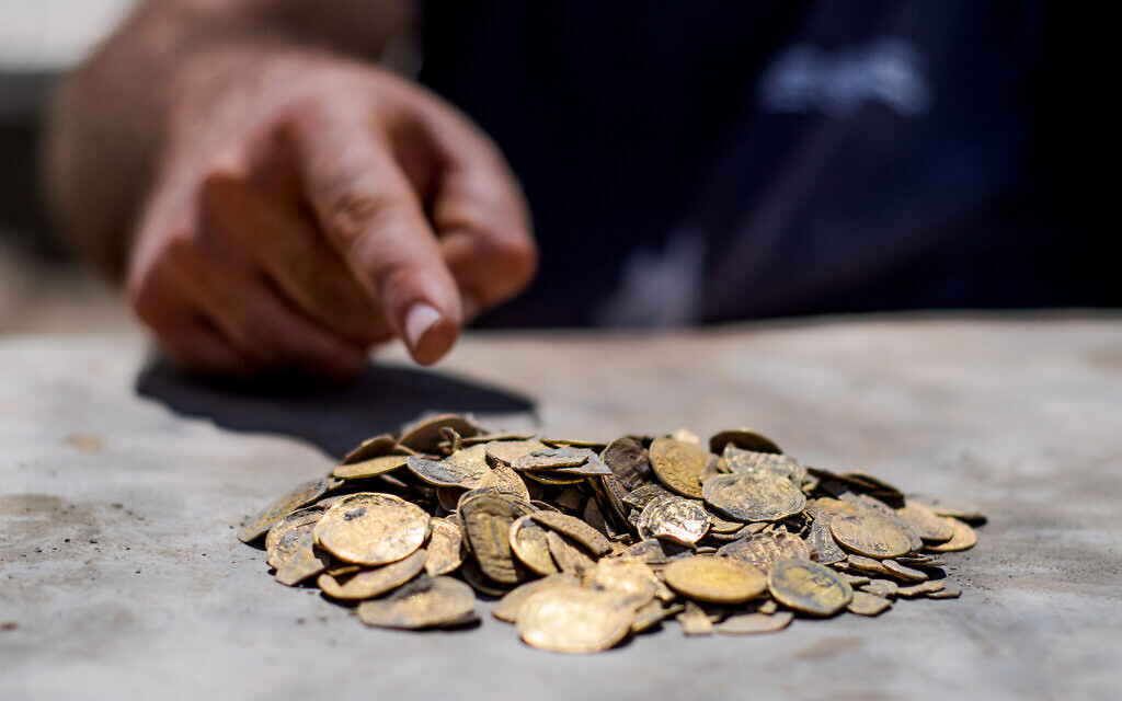 Gold coins found at central Israel archaeological dig (Yoli SchwartzIsrael Antiquities Authority) (2)