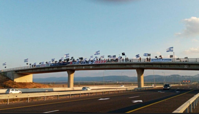 Anti-Netanyahu demonstrates on bridges across the country (Photo Black Flags)